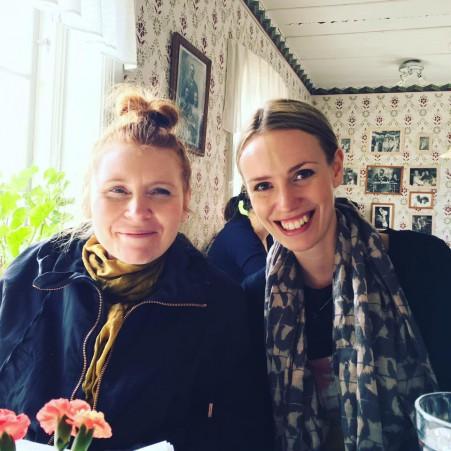 Emilia och Celia på Lill-Babs Caffär.