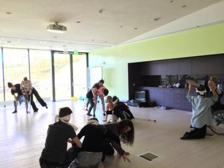 Deltagarna improviserar i mindre grupper.