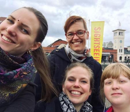 Billie, Veera, Anna och Ida i ett blåsigt Malmö.