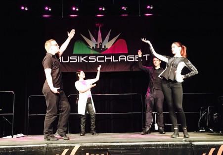 Adam, Anita, Kristian och Caroline dansar på Musikschlaget.