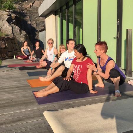 SpinnUnga i yogaasanas tillsammans med gästläraren Janni.