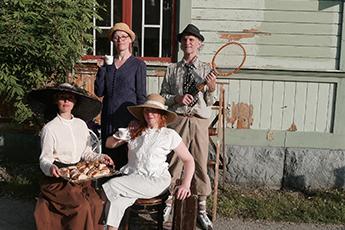 Celia, Veera, Emilia och Johan på upptåg med Tidlösa. Foto Johan Nordqvist.