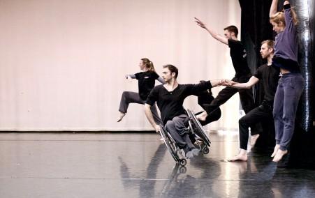Bild på dansare i Candoco Dance Company. Foto: Pedro Machado 2016