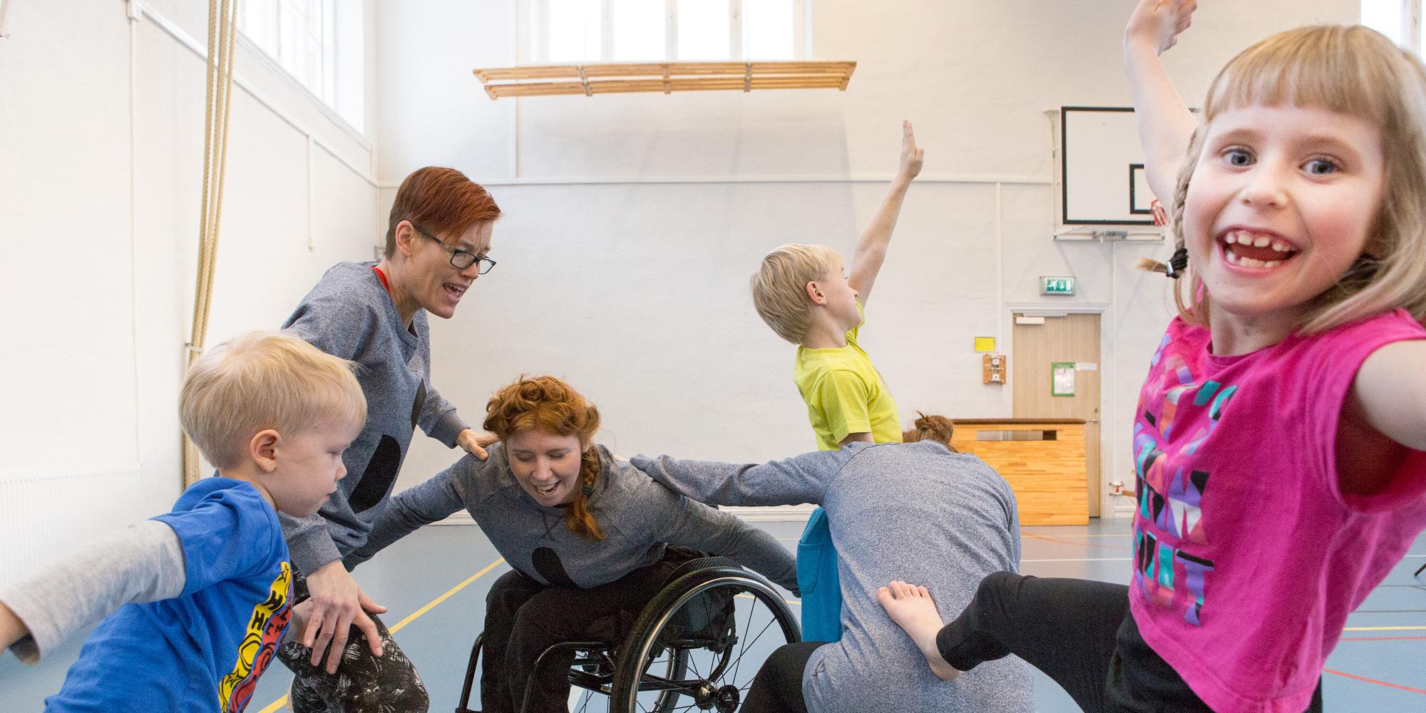 Bild från dansworkshop för barn tillsammans med dansare från Spinn. Foto Maja Blomqvist