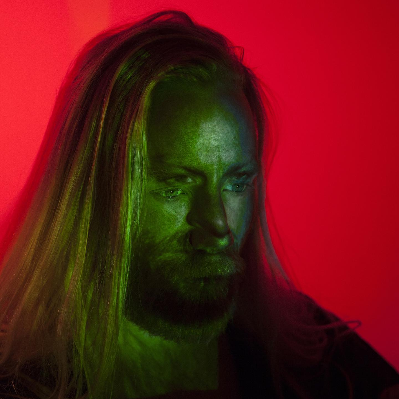 Bilden föreställer skivomslaget till den Isländska musikern och kompositören Högni Egilssons skiva Two Trains.